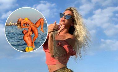Geta Beqa fotografohet ndërsa bën akrobaci me bashkëshortin në plazh