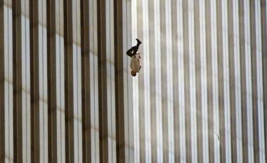 U hodhën nga Kullat Binjake për të mos u djegur të gjallë: Historia pas fotografisë së paharrueshme nga sulmet e 11 Shtatorit