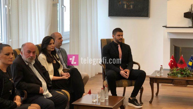 Tolgahan Sayisman dhe Almeda Abazi në Ministrinë e Kulturës në Prishtinë (Foto: Telegrafi)