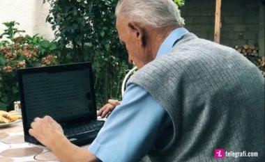 Ragip Rusta, 93 vjeçari që përdorë kompjuterin, ka llogarinë e tij në Facebook dhe hulumton nëpër internet