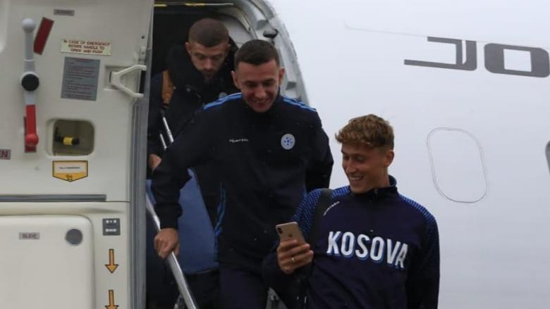 Kosova arrin në Angli para përballjes me 'Tre Luanët'