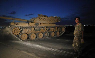 Forca të shumta të ushtrisë turke pranë kufirit me Sirinë, me qindra mjete të ndryshme të blinduara ia mësyjnë kurdëve