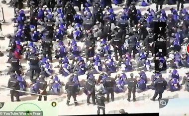 Pamje rrëqethëse nga Kina, qindra ujgurë më sy të mbyllur dhe koka të rruara transportohen me trena