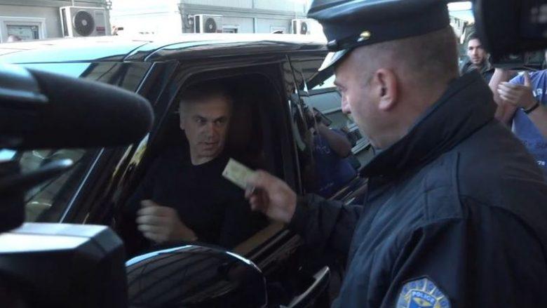 Momenti kur polici i Kosovës e kthen mbrapa drejtorin e Crvena Zvezdas: Është urdhër i Qeverisë së Kosovës, nuk mund të hyni