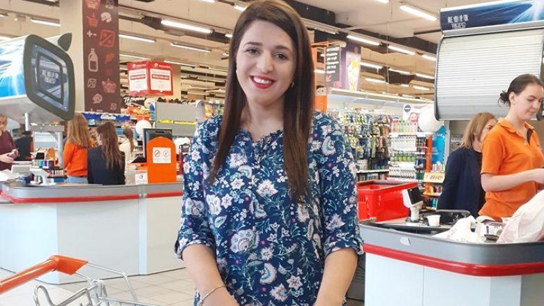 Ardita Avdiu pasi mori mallin që e fitoi falas. E buzëqeshur natyrisht... Foto: FB/Interex
