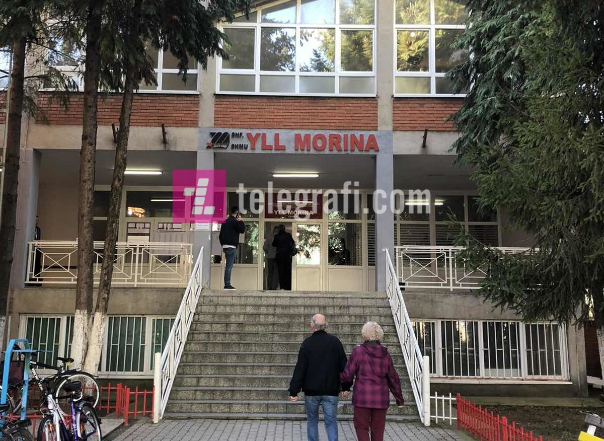 """Menaxheri i qendrës së votimit në shkollën """"Yll Morina"""" në Gjakovë mohon të jenë mbyllur dy klasë të votimit"""