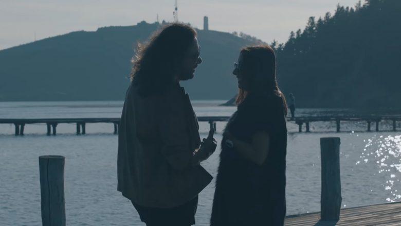 """Gena dhe Eranda Libohova në videoklipin e këngës """"Thuam po"""" (Foto: Screenshot/YouTube/Eranda Libohova/Chill Pro)"""