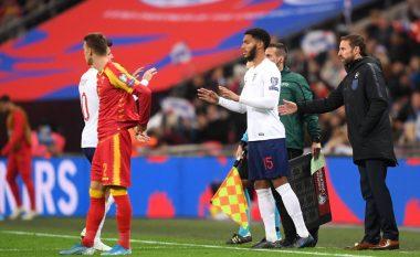 Tifozët anglezë e fishkëllyen Joe Gomezin kur hyri në lojë, Sterlingu i del në mbrojtje