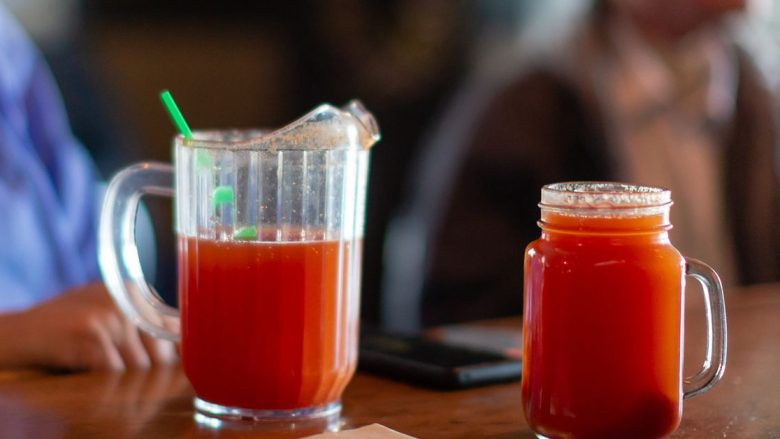 10 problemet që një gotë lëng domatesh i zgjidh më së miri