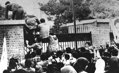 """Dhjetëra pengje u mbajtën për 444 ditë: Historia """"hap pas hapi"""" e krizës që ndërpreu lidhjet midis SHBA-së dhe Iranit, 40 vjet më parë"""