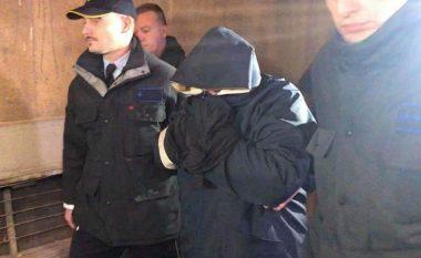 Janeva me fytyrë të mbuluar lëshohet në paraburgim shtëpiak