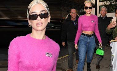 Dua Lipa duket atraktive në ngjyrën rozë, teksa ndalet për t'u fotografuar dhe dhënë autografe fansave të saj
