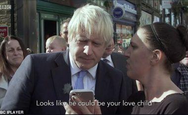 """""""Djali im duket si ju, ai mund të jetë fëmija juaj i dashurisë!"""": Boris Johnson mbetet i humbur nga fjalët e një gruaje, teksa i tregon një foto në telefonin e saj"""