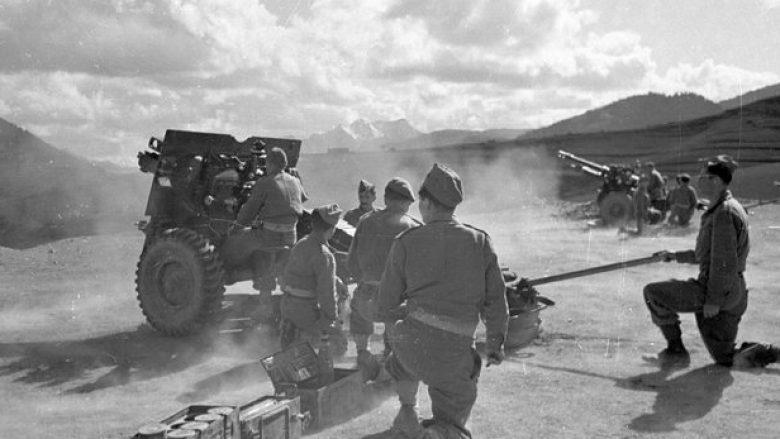 """Foto e 14 gushtit 1949, ku një bateri topash të prodhimit anglez """"QF 25 Pounder"""", bombardojnë fshatin shqiptar Terstenik afër Bilishtit"""