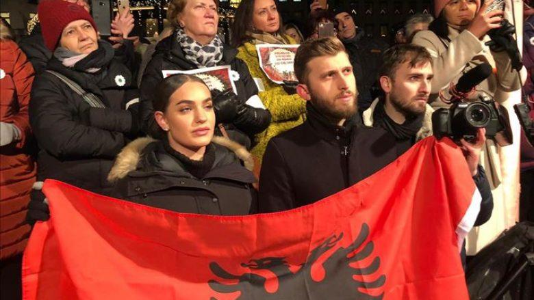 Qindra qytetarë të tubuar në sheshin Normmalm në Stokholm për të protestuar kundër ndarjes së Çmimit Nobel të vitit 2019, ku çmimi për letërsinë iu nda shkrimtarit të diskutueshëm austriak Peter Handke. (Anadolu Agency)