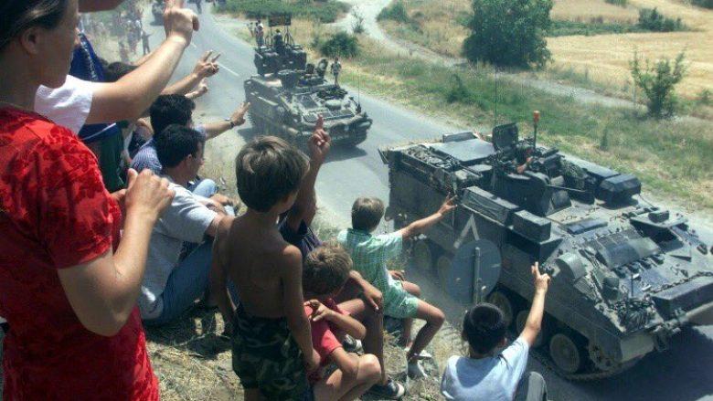 Fëmijët e lirë shqiptarë, përshëndesin ushtarët e KFOR-it (12 qershor 1999)