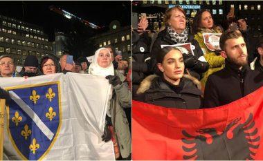 Protestat kundër ceremonisë së Çmimit Nobel për Handke në Stokholm, nuk mungonte as flamuri shqiptar