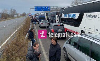 Pritje të gjata të mërgimtarëve kosovarë edhe në kufirin Hungari-Serbi
