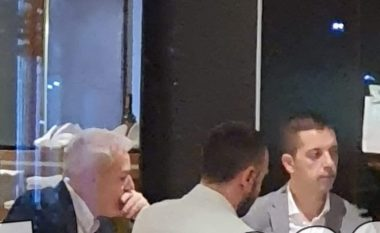 Sveçla tregon arsyen e uljes në një tavolinë me Gjuriqin