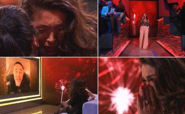 Nëna e Nora Istrefit kap mikrofonin për të kënduar pas shumë vitesh, teksa Roberti e përlot këngëtaren me mesazhin emocionues në emision