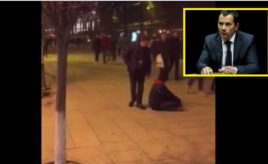 """Tomë Gashi shqelmon paratë e lypsarit në sheshin """"Nënë Tereza"""", në Prishtinë - thotë se kreu punën e inspektoratit"""