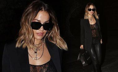 Rita Ora guxon me veshjen, shfaqet me bluzë transparente teksa bën blerje në Hollywood