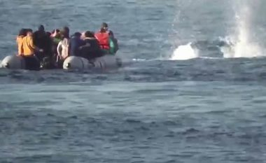 """Publikohen pamjet – momenti kur rojet bregdetare greke """"hapin zjarr"""" drejt varkës së refugjatëve në Egje"""