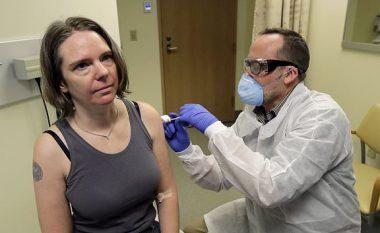 """""""Ndihem mirë"""": Nëna e dy fëmijëve bëhet personi i parë që injektohet me vaksinën eksperimentale kundër coronavirusit"""