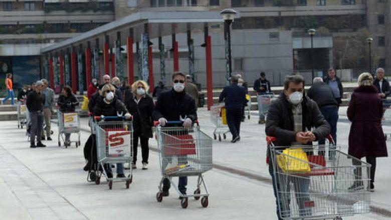Una coda al supermercato Esselunga a San Donato Milanese, 20 Marzo 2020. ANSA/Andrea Canali