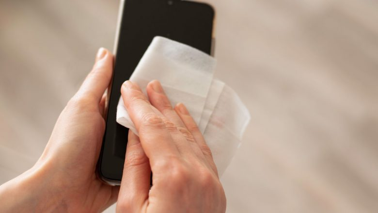 Coronavirusi: A duhet ta pastrojmë telefonin shpesh?
