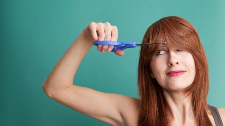 Si t'i shkurtoni vetë flokët derisa sallonet e floktarëve janë të mbyllura?