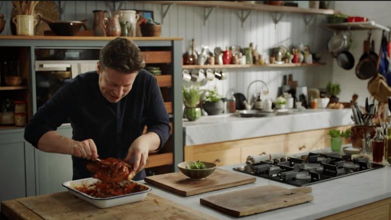 Truk i Jamie Oliverit për pulën e pjekur mirë: Lëkurë kërcëlluese dhe mish i shijshëm!