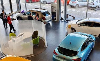 Live në Dukagjini TV bëhet dorëzimi i veturës për klienten e re
