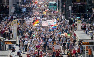 """Me moton, """"Coronavirusi nuk ekziston"""" - Mijëra protestues kundër qeverisë gjermane"""