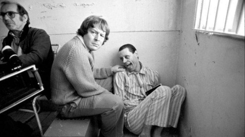 """Pamje nga xhirimet e filmit """"The Wall"""": Alan Parker pranë aktorit Bob Geldof-it që luan karakterin Pinkut – bashkëdyzim i jetës së Roger Waters-it dhe ish-liderit të grupit Pink Floyd, Syd Barrett, që kalon në çmenduri."""