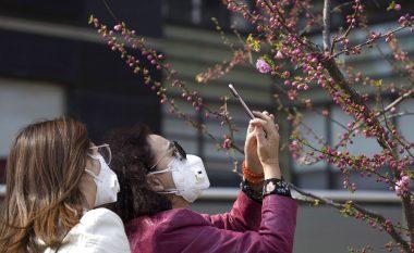 CDC: Maskat me vrima ose valvula nuk janë efektive në luftën kundër coronavirusit