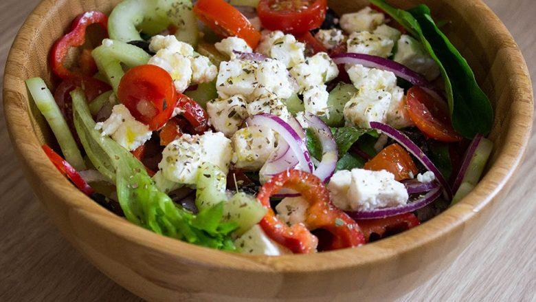 Kuzhinierja e famshme tregon hilenë për sallatën më të mirë greke: Sekreti është ky!