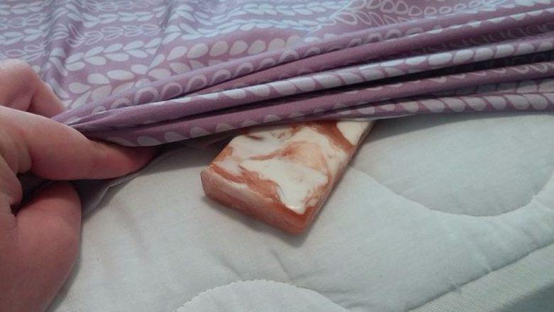 Vendosni një sapun poshtë çarçafëve kur flini dhe sipas Dr.Oz keni shëruar këtë sëmundje