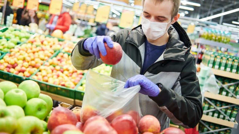 """Ekspertët të bindur, tregojnë pse nuk duhet të shqetësoheni se mund """"ta merrni"""" coronavirusin nga ushqimi"""