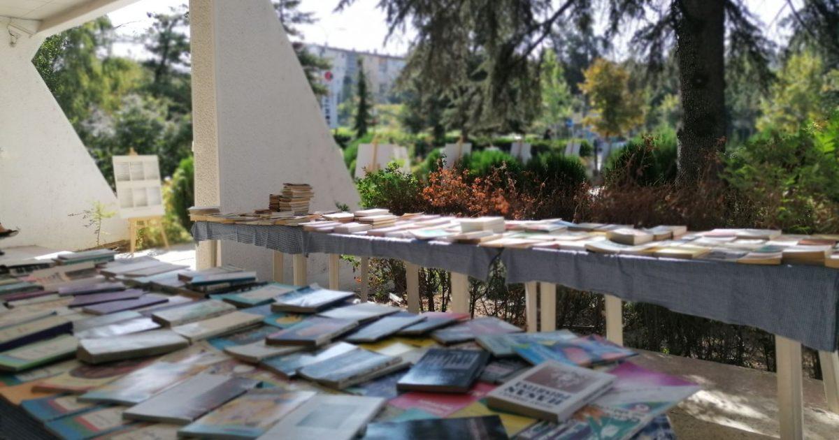 panairi-i-librit-te-vjeter-te-rralle-dhe-te-perdorur-nisi-teksa-i-nxirrja-nga-qesja-e-bardhe-syte-e-eves