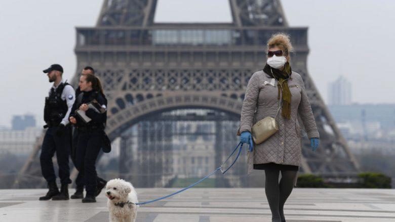 Në qytetare duke ecur para Kullës Eiffel | Foto: Pascal Le Segretain/Getty Images/Guliver