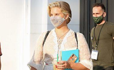 Fansat i referohen Lana Del Ray si e papërgjegjshme, pasi i takoi duke mbajtur maskë me rrjet