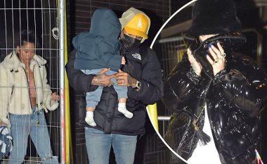 Rita Ora mbulon fytyrën nga paparacët, teksa fotografohet në orët e vona në shoqëri të Chris Brown dhe familjes së tij