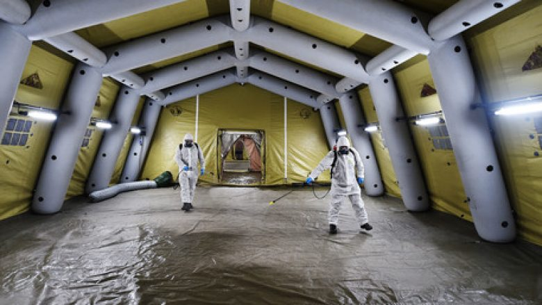 Sanificazione delle tende ospedale da campo montate dall'esercito davanti al pronto soccorso dell'ospedale di Rivoli, Torino, 29 ottobre 2020 ANSA/ALESSANDRO DI MARCO