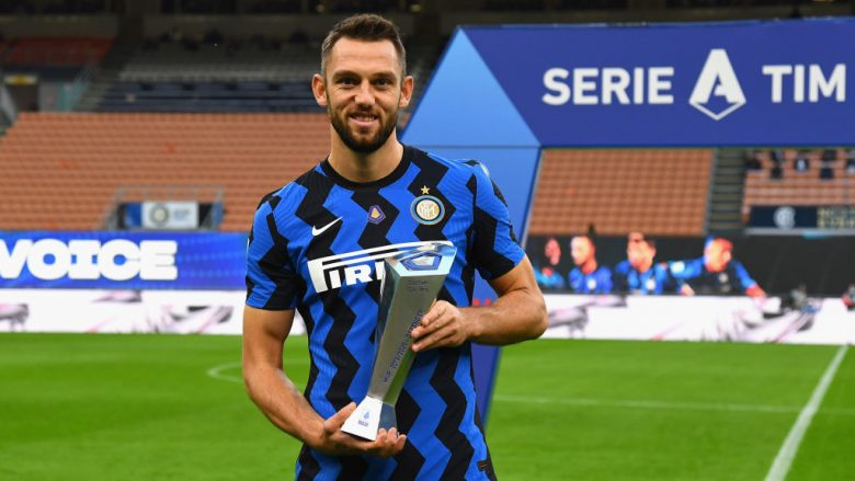 MILAN, ITALY - OCTOBER 17:  Stefan de Vrij of FC Internazionale receives the award during the Serie A match between FC Internazionale and AC Milan at Stadio Giuseppe Meazza on October 17, 2020 in Milan, Italy.  (Photo by Claudio Villa - Inter/Inter via Getty Images)
