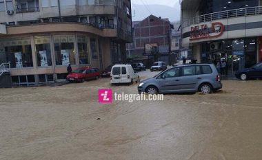 Reshjet e shiut i shndërrojnë në 'lumenj' rrugët e Pejës