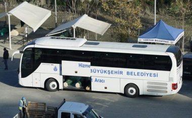 Pamjet rrëqethëse, autobusët e udhëtarëve ngarkohen me arkivole të viktimave nga COVID-19 në Turqi