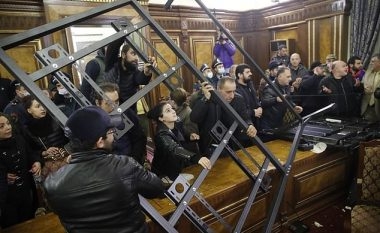 Turma e zemëruar sulmon ndërtesat qeveritare të Armenisë pasi kryeministri bie dakord për marrëveshjen rreth Nagorno-Karabakut