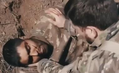 Gazetarët ushtarakë rusë dyshohen për vrasjen e ushtarit të plagosur azer i kapur si rob lufte