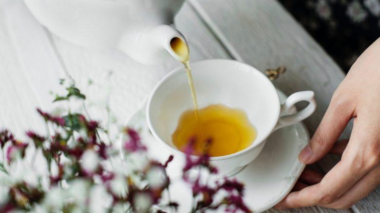 Çaji i kamomilit, përmirëson gjumin, zbut ndjenjën e ankthit, ndihmon shëndetin e eshtrave